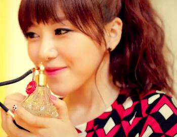 AOA BLACK   MOYA  모야  MV   YouTube ミナ2.png